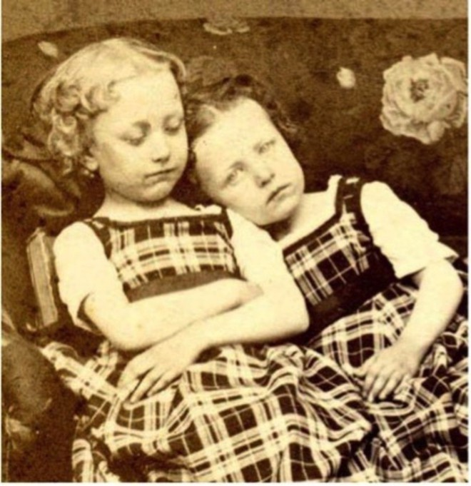 Chi tiết rùng rợn đằng sau bức ảnh gia đình và trào lưu chụp ảnh lạ lùng nhưng cực nổi tiếng ở Anh từ thời Nữ hoàng Victoria - Ảnh 6.
