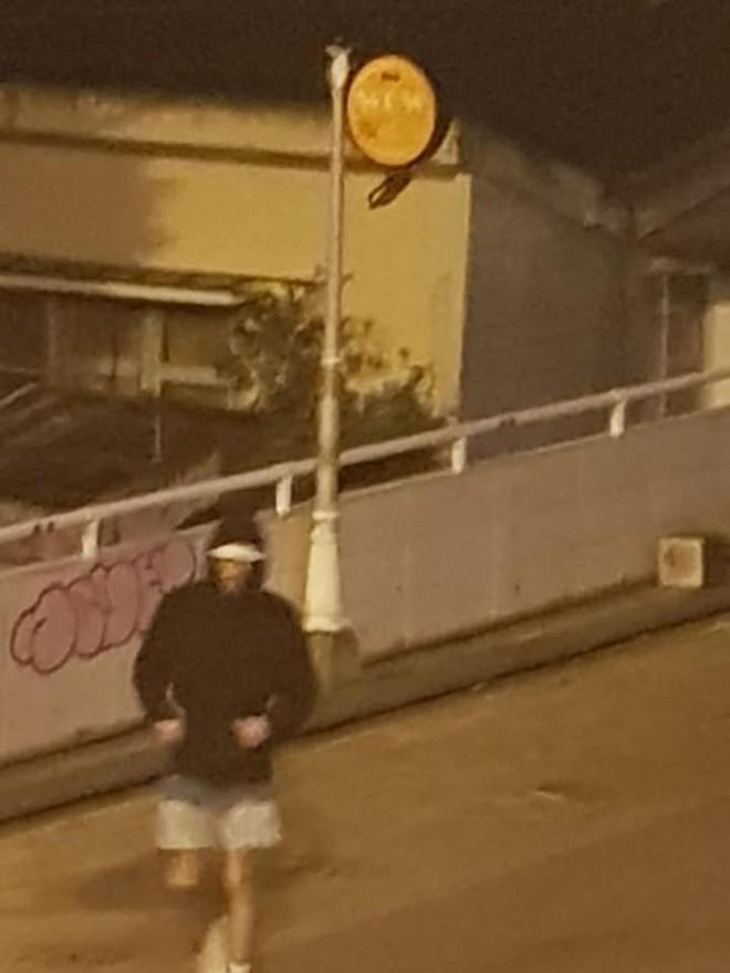 Dân mạng phẫn nộ truy tìm danh tính 2 người đàn ông ngoại quốc lén lút dùng sơn vẽ lên tường ở Đà Lạt lúc sáng sớm - Ảnh 6.