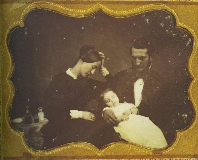 Chi tiết rùng rợn đằng sau bức ảnh gia đình và trào lưu chụp ảnh lạ lùng nhưng cực nổi tiếng ở Anh từ thời Nữ hoàng Victoria - Ảnh 7.