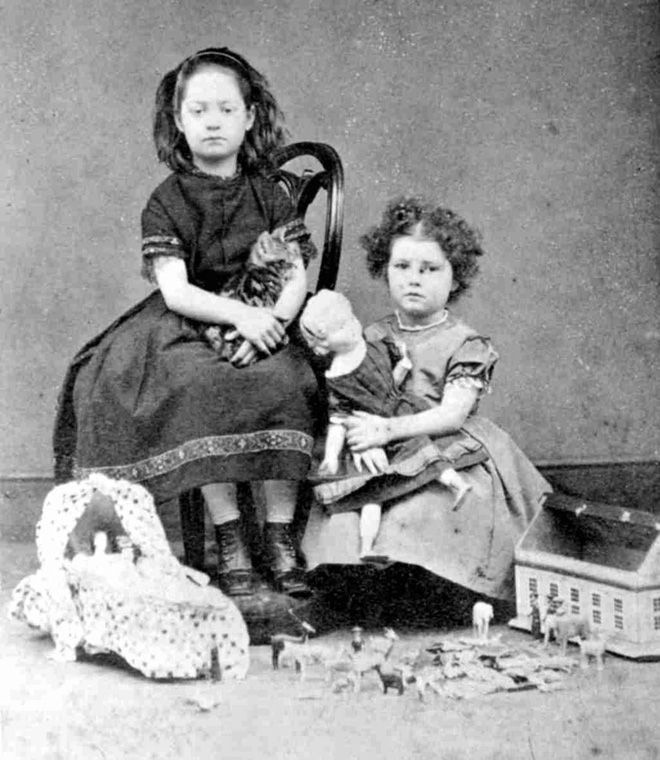 Chi tiết rùng rợn đằng sau bức ảnh gia đình và trào lưu chụp ảnh lạ lùng nhưng cực nổi tiếng ở Anh từ thời Nữ hoàng Victoria - Ảnh 8.