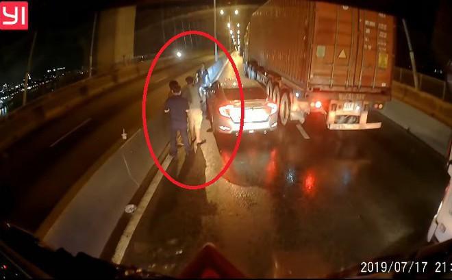 """Tài xế container """"tung"""" camera hành trình giúp đồng nghiệp gặp nạn và tâm sự gây tranh cãi"""
