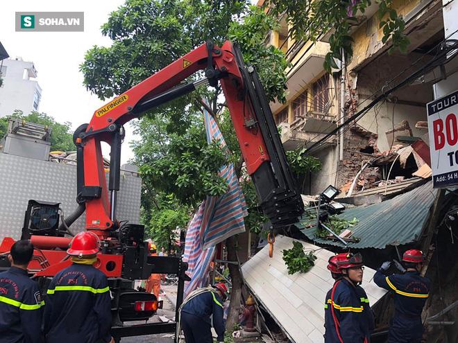 Hiện trường vụ sập nhà ở Hàng Bông - Ảnh 1.