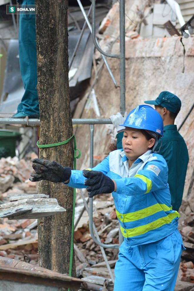Hiện trường vụ sập nhà ở Hàng Bông - Ảnh 12.