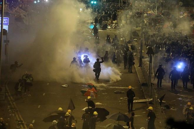 Lãnh đạo Hong Kong phẫn độ, đau buồn trước vụ bạo loạn 1-7 - Ảnh 2.