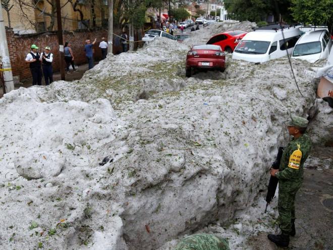 Mưa đá kỳ quái chưa từng thấy tấn công Mexico, cả thành phố chìm trong đất đá trắng xóa như băng tuyết mùa đông - Ảnh 2.