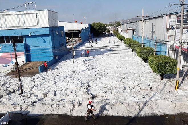 Mưa đá kỳ quái chưa từng thấy tấn công Mexico, cả thành phố chìm trong đất đá trắng xóa như băng tuyết mùa đông - Ảnh 3.