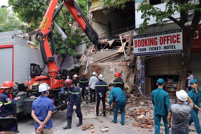 Hà Nội: Sập nhà trên phố Hàng Bông khiến nhiều người hoảng sợ - Ảnh 2.