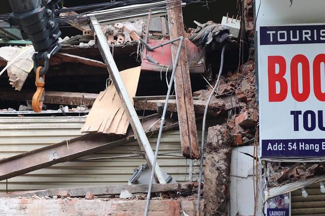 Hà Nội: Sập nhà trên phố Hàng Bông khiến nhiều người hoảng sợ - Ảnh 3.