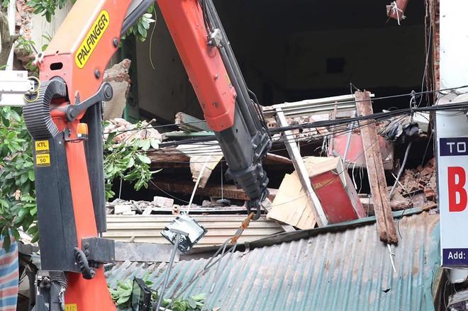 Hà Nội: Sập nhà trên phố Hàng Bông khiến nhiều người hoảng sợ - Ảnh 4.