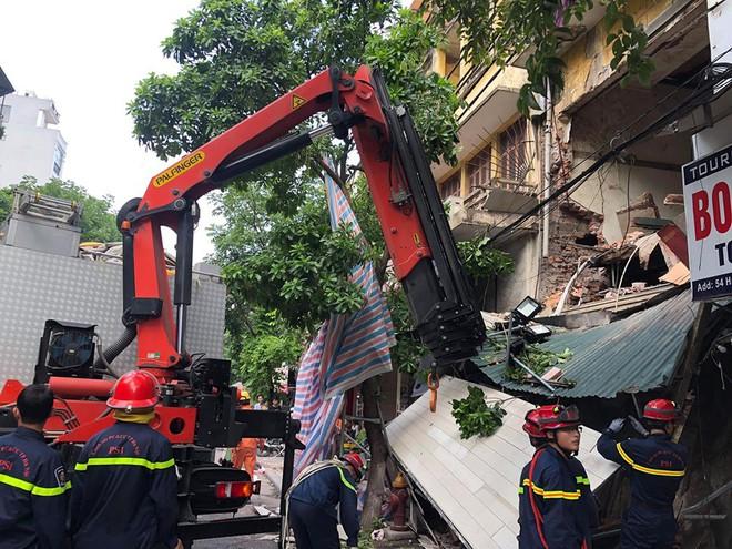 Hà Nội: Sập nhà trên phố Hàng Bông khiến nhiều người hoảng sợ - Ảnh 5.