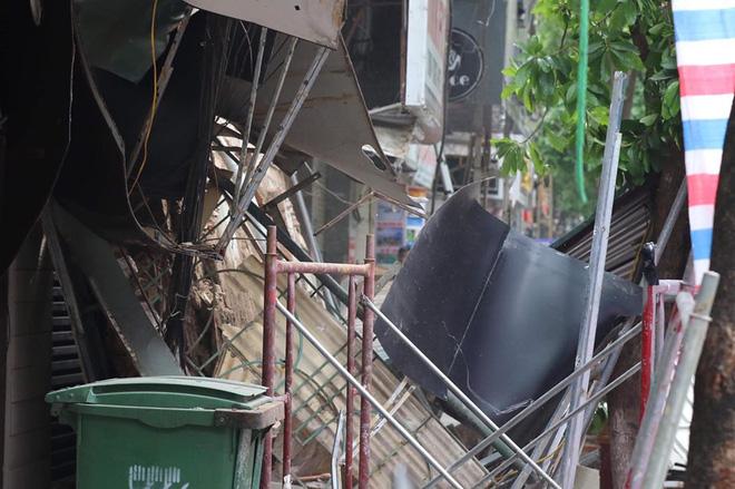 Hà Nội: Sập nhà trên phố Hàng Bông khiến nhiều người hoảng sợ - Ảnh 6.