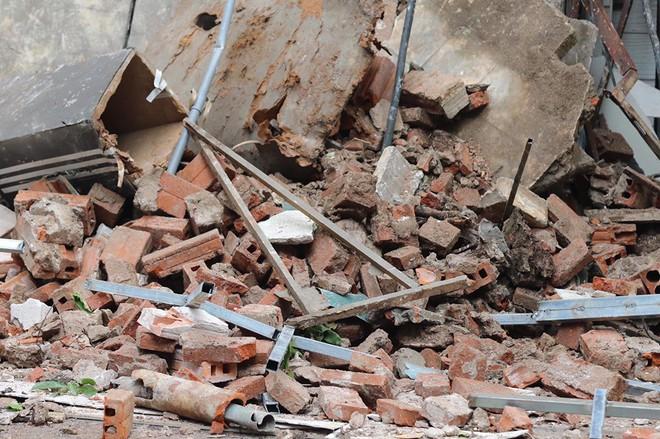 Hà Nội: Sập nhà trên phố Hàng Bông khiến nhiều người hoảng sợ - Ảnh 7.