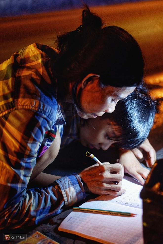 Phía sau bức ảnh cậu bé học bài trên vỉa hè cạnh chợ Bến Thành Sài Gòn: Không giấy tờ, không nhà cửa thì đi học làm sao... - Ảnh 11.