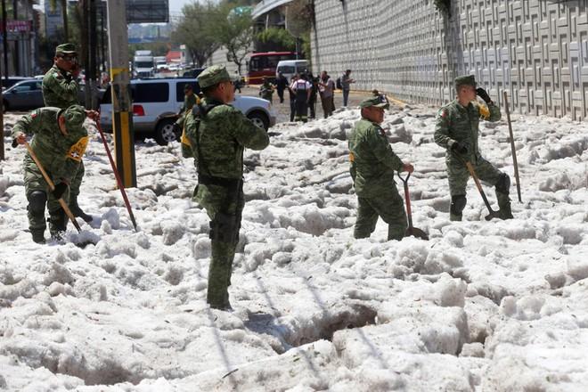 Mưa đá kỳ quái chưa từng thấy tấn công Mexico, cả thành phố chìm trong đất đá trắng xóa như băng tuyết mùa đông - Ảnh 4.