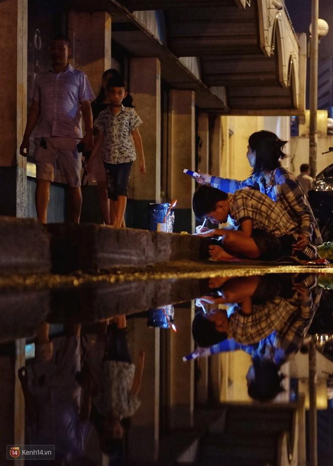 Phía sau bức ảnh cậu bé học bài trên vỉa hè cạnh chợ Bến Thành Sài Gòn: Không giấy tờ, không nhà cửa thì đi học làm sao... - Ảnh 3.