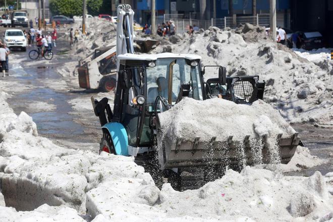 Mưa đá kỳ quái chưa từng thấy tấn công Mexico, cả thành phố chìm trong đất đá trắng xóa như băng tuyết mùa đông - Ảnh 5.