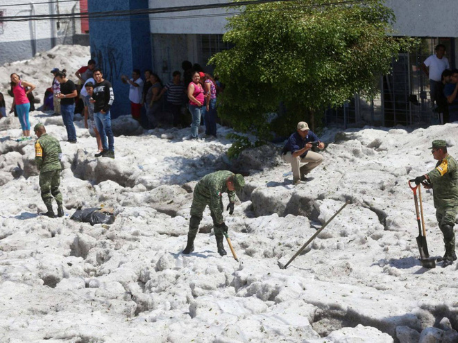 Mưa đá kỳ quái chưa từng thấy tấn công Mexico, cả thành phố chìm trong đất đá trắng xóa như băng tuyết mùa đông - Ảnh 6.