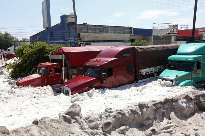 Mưa đá kỳ quái chưa từng thấy tấn công Mexico, cả thành phố chìm trong đất đá trắng xóa như băng tuyết mùa đông - Ảnh 8.