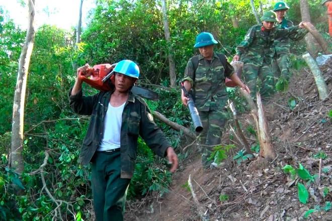 Cháy rừng liên tục ở Hà Tĩnh, thiếu thiết bị chữa cháy nói gì đến trực thăng - Ảnh 8.