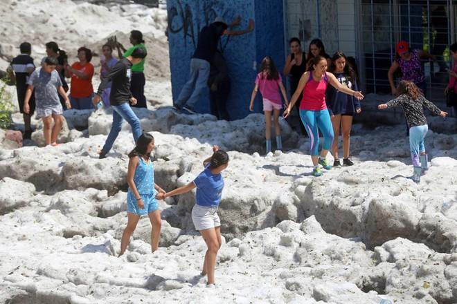 Mưa đá kỳ quái chưa từng thấy tấn công Mexico, cả thành phố chìm trong đất đá trắng xóa như băng tuyết mùa đông - Ảnh 9.