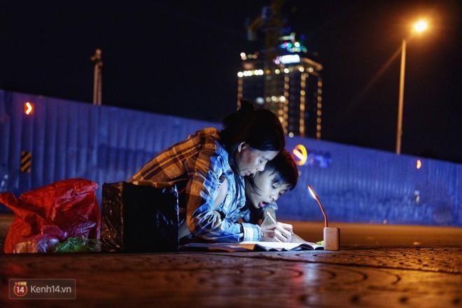 Phía sau bức ảnh cậu bé học bài trên vỉa hè cạnh chợ Bến Thành Sài Gòn: Không giấy tờ, không nhà cửa thì đi học làm sao... - Ảnh 9.