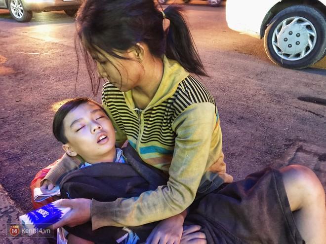 Phía sau bức ảnh cậu bé học bài trên vỉa hè cạnh chợ Bến Thành Sài Gòn: Không giấy tờ, không nhà cửa thì đi học làm sao... - Ảnh 10.