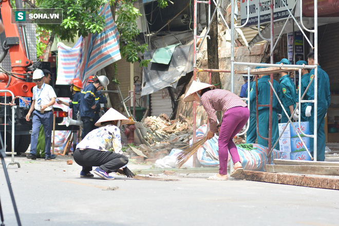Hiện trường vụ sập nhà ở Hàng Bông - Ảnh 8.