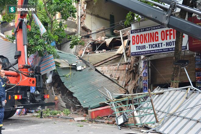Hiện trường vụ sập nhà ở Hàng Bông - Ảnh 10.