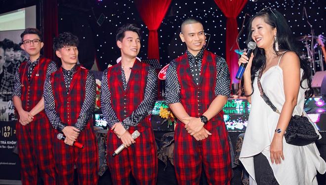 Diva Hồng Nhung mặc trẻ trung, gợi cảm đến chúc mừng nhóm Oplus ra mắt album mới - Ảnh 8.