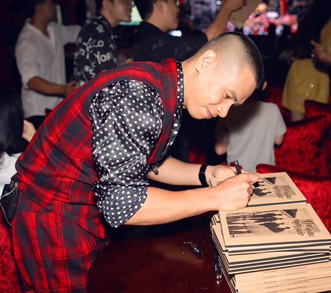 Diva Hồng Nhung mặc trẻ trung, gợi cảm đến chúc mừng nhóm Oplus ra mắt album mới - Ảnh 3.