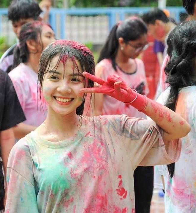 Nữ sinh 18 tuổi gây sốt trong trang phục Campuchia, nổi tiếng ở trường vì lí do đặc biệt - Ảnh 2.
