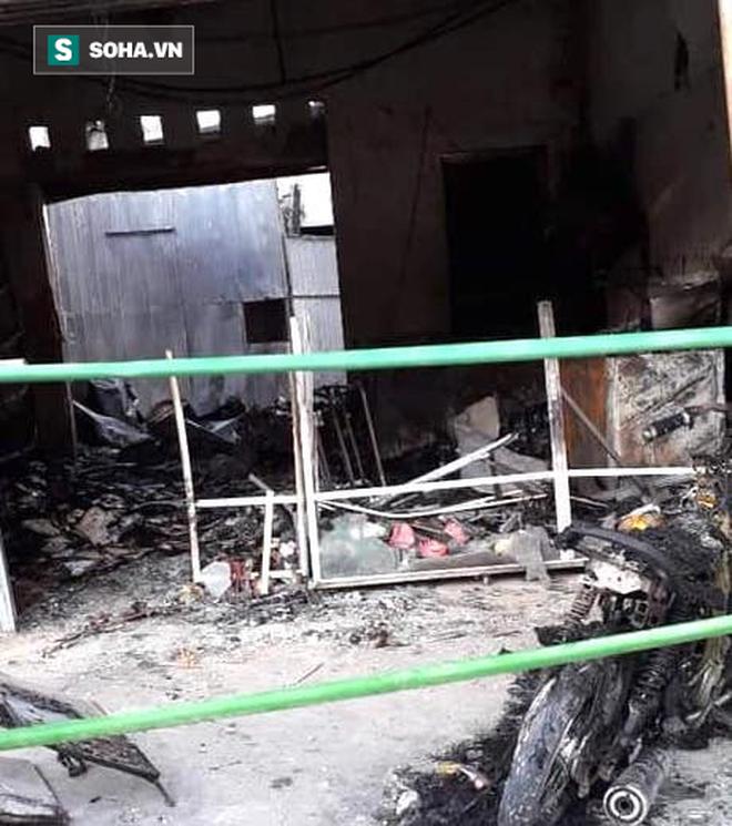 Kẻ lạ mặt ném bom xăng vào cửa hàng quần áo làm thiếu phụ bỏng nặng, cửa hàng cháy rụi - Ảnh 1.