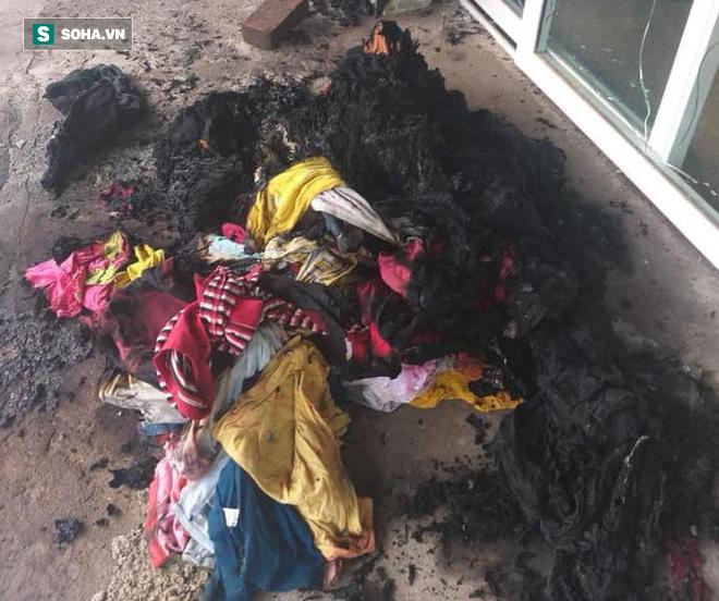 Kẻ lạ mặt ném bom xăng vào cửa hàng quần áo làm thiếu phụ bỏng nặng, cửa hàng cháy rụi - Ảnh 2.