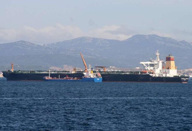 Iran tung video bắt giữ tàu chở dầu ở Eo biển Hormuz - Tàu chiến Hải quân Anh can thiệp bất thành - Ảnh 6.