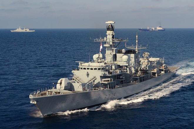 Iran tung video bắt giữ tàu chở dầu ở Eo biển Hormuz - Tàu chiến Hải quân Anh can thiệp bất thành - Ảnh 2.