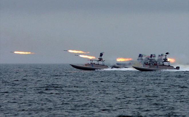 Iran tung video bắt giữ tàu chở dầu ở Eo biển Hormuz - Tàu chiến Hải quân Anh can thiệp bất thành