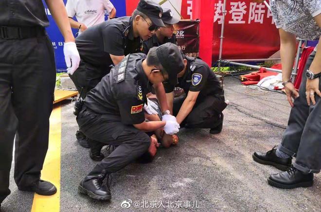 Sốc: Ông trùm phim 18+ Hong Kong Nhậm Đạt Hoa bị người lạ dùng dao đâm ngay giữa sự kiện, vào viện khẩn cấp - Ảnh 4.