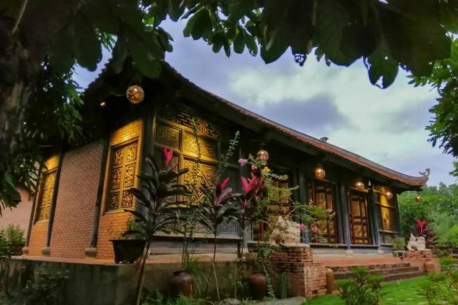 Nhà vườn rộng 1.600 m2 và hồ cá Koi 5 tỉ đồng của Hoàng Mập - Ảnh 2.