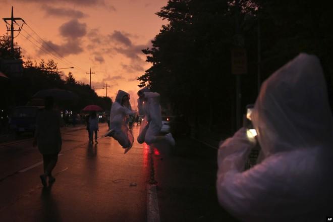 7 ngày qua ảnh: Người bán hàng rong đi dưới mưa lớn ở Trung Quốc - Ảnh 4.