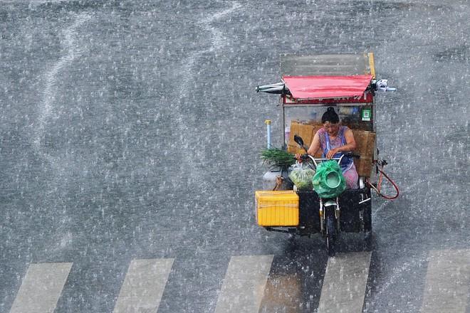 7 ngày qua ảnh: Người bán hàng rong đi dưới mưa lớn ở Trung Quốc - Ảnh 3.