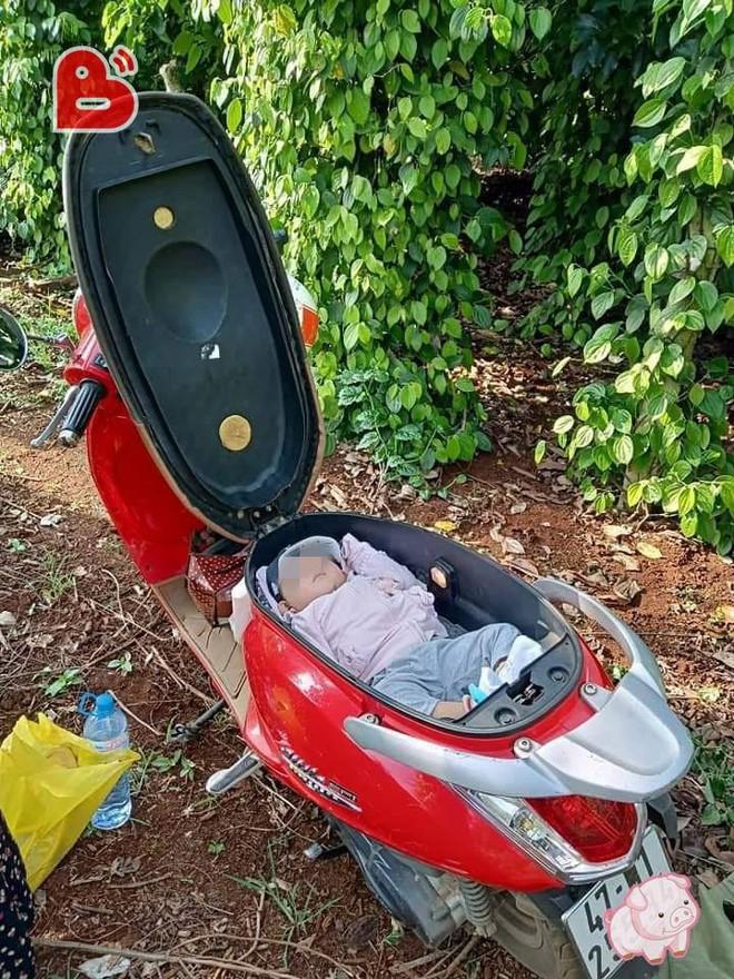 Đặt con vào cốp xe máy vì mẹ mải làm rẫy, hình ảnh khiến dân mạng tranh cãi gay gắt - Ảnh 1.