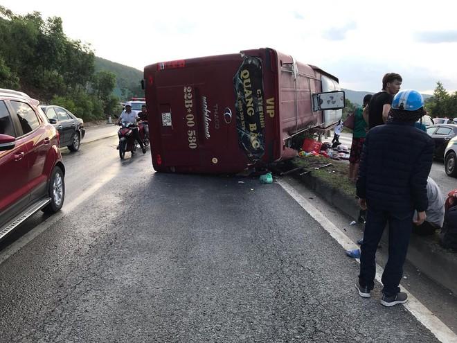 Xe khách lật trên quốc lộ, cả chục người bị thương - Ảnh 2.