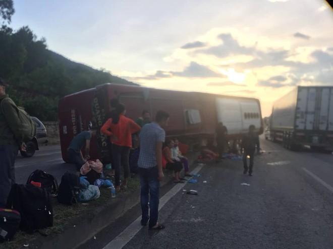 Xe khách lật trên quốc lộ, cả chục người bị thương - Ảnh 4.