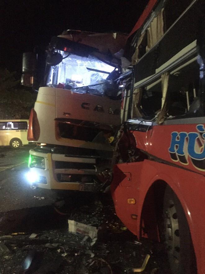 Vượt ẩu trong đêm, xe khách đâm xe tải khiến tài xế tử vong - Ảnh 1.