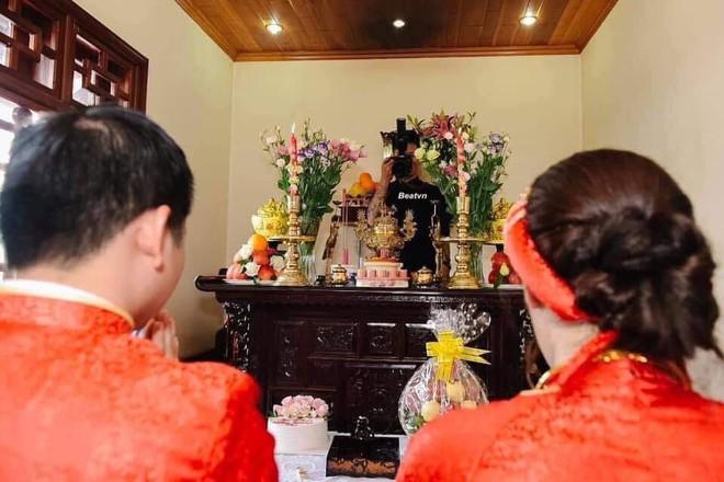 Bức hình kì dị nhất trong đám cưới: Thợ ảnh lấp ló trên ban thờ - Ảnh 1.