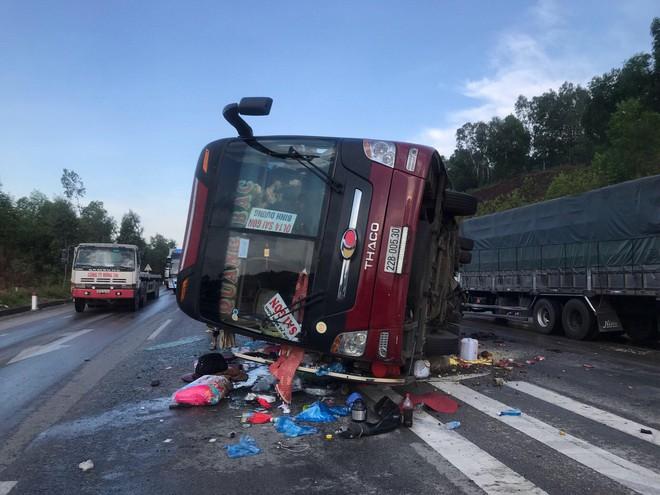 Xe khách lật trên quốc lộ, cả chục người bị thương - Ảnh 1.