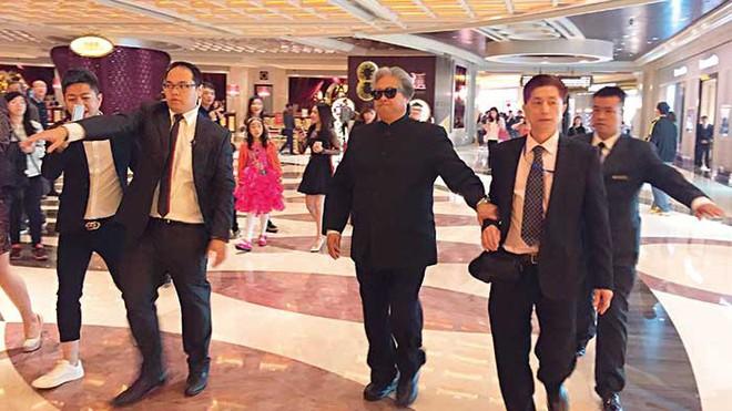 Nhậm Đạt Hoa bị đâm hai nhát dao và lối hành xử đẳng cấp của ông trùm giải trí Hong Kong - Ảnh 4.