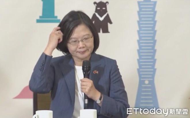 Rơi vào thế bí, lãnh đạo Đài Loan Thái Anh Văn ngập ngừng, gãi đầu rồi xin bỏ qua