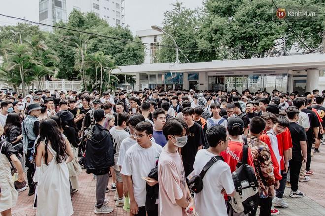 Mặc kệ nắng nóng, hàng ngàn bạn trẻ Sài Gòn vẫn rồng rắn xếp hàng để tham dự ngày hội sneaker lớn nhất trong năm - Ảnh 2.