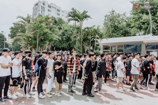 Mặc kệ nắng nóng, hàng ngàn bạn trẻ Sài Gòn vẫn rồng rắn xếp hàng để tham dự ngày hội sneaker lớn nhất trong năm - Ảnh 3.